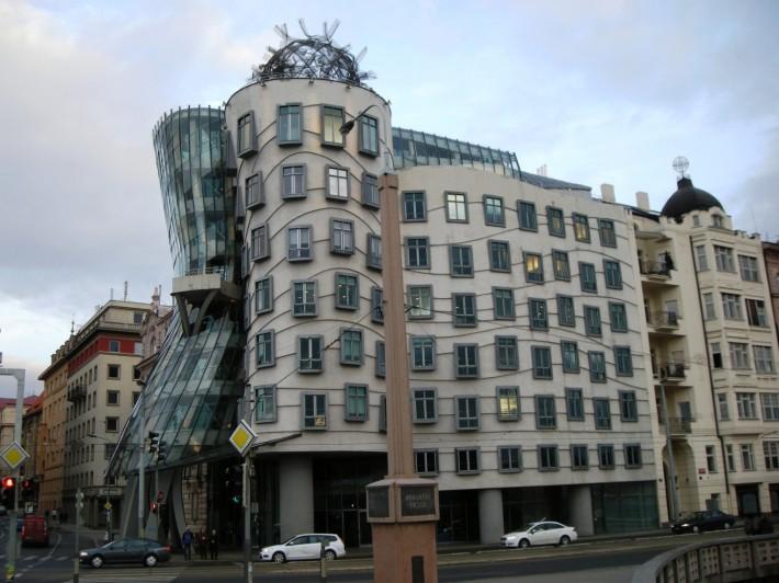 «Танцующий» дом – оригинальная архитектура в центре города