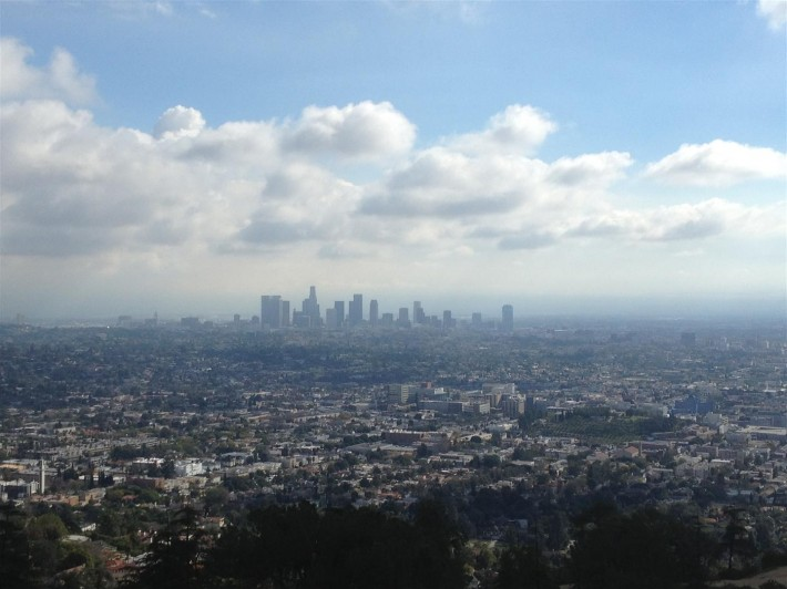 Вид на Лос Анджелес со смотровой площадки обсерватории Гриффита (Лос Анджелес, штат Калифорния, США)