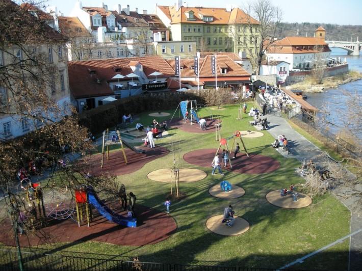 С детскими площадками в Праге полный порядок