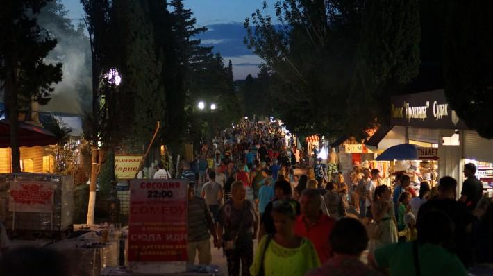 Кипарисовая аллея ночью