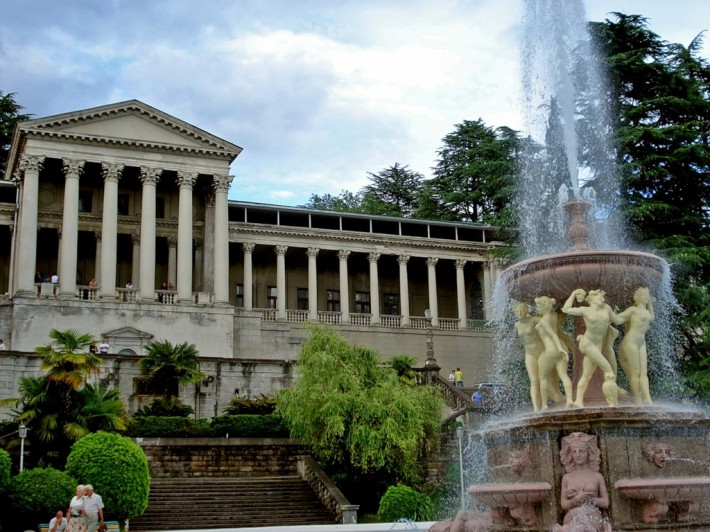 Известный фонтан в Сочи «Танцующие вакханки», украшенный скульптурами резвящихся нимф