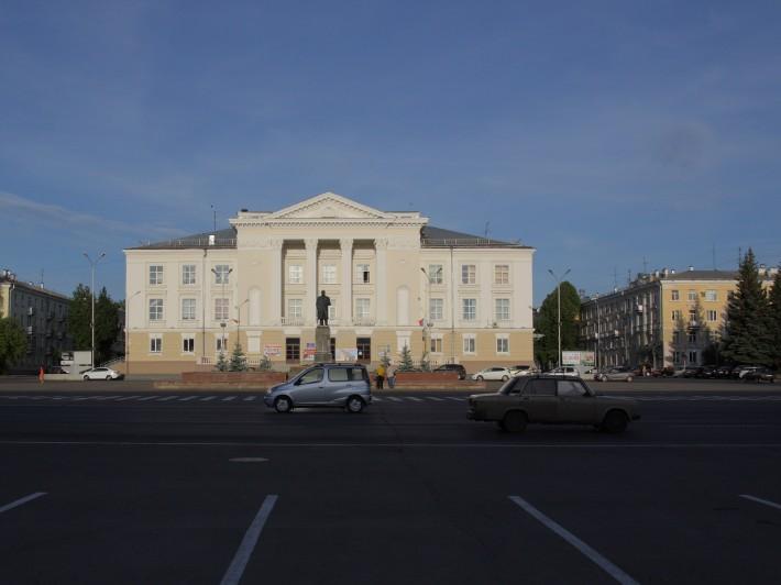 Центральная площадь города с памятником вождя. Говорят во всех закрытых городах, центральные площади точно такие же