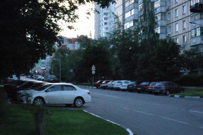 Автомобили оставляют на ночь на обочинах