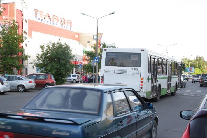 Одна из основных улиц города рядом с основным торговым центром «Плаза». Время 7 вечера, будний день
