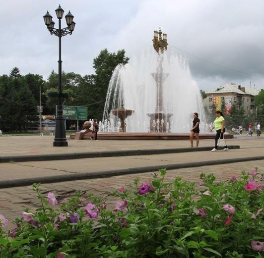 Привокзальная площадь Биробиджана — фонтан с минорой