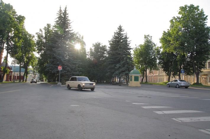 Опять, одна из центральных улиц города. Улица Мира. Пересекает бывший монастырь. В центре Монастырская площадь. Вокруг ездят машины, но скоро эти дороги собираются перекрыть