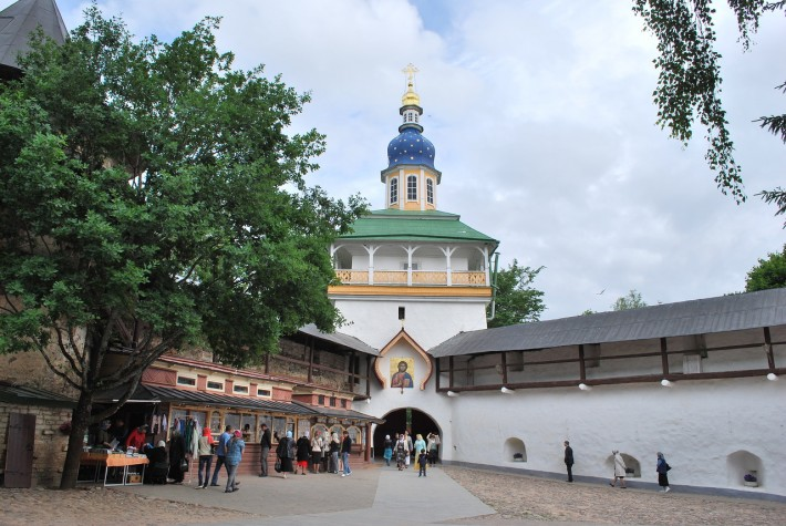 Петровская башня Псково-печерского успенского монастыря