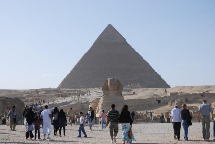 Пирамида Хеопса, возвышающаяся на плато Гиза рядом с Каиром в Египте. Фото с моей поездки в конце декабря 2009 года