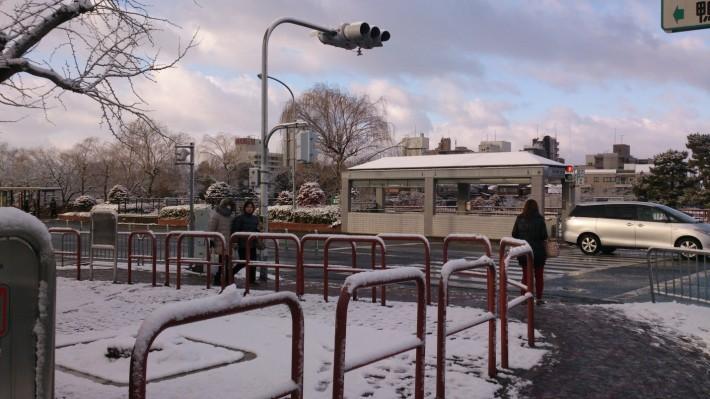 Выпал снег. Станция метро рядом с моим домом