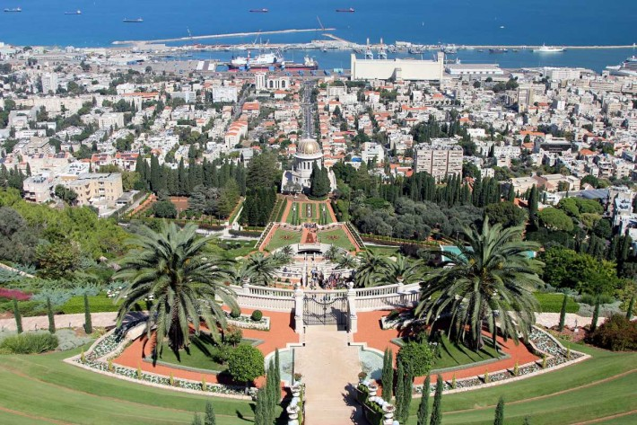 Вид с одной из верхних точек Хайфы: Бахайские сады и храм, внизу – Нижний город и порт
