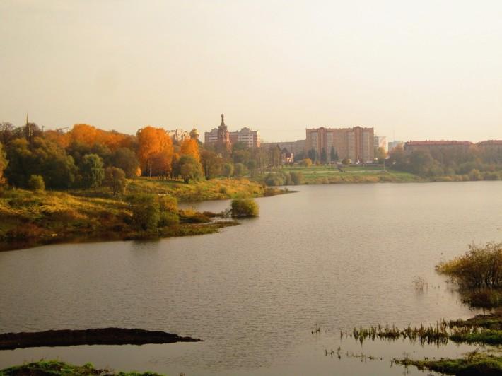 Вид с Борисоглебского озера на храм и ЗАГС