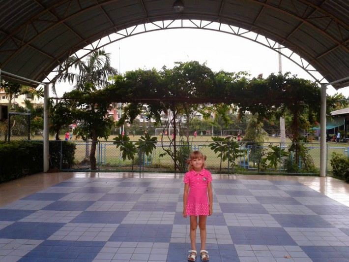 Моя дочка на фоне AruNoTai школы