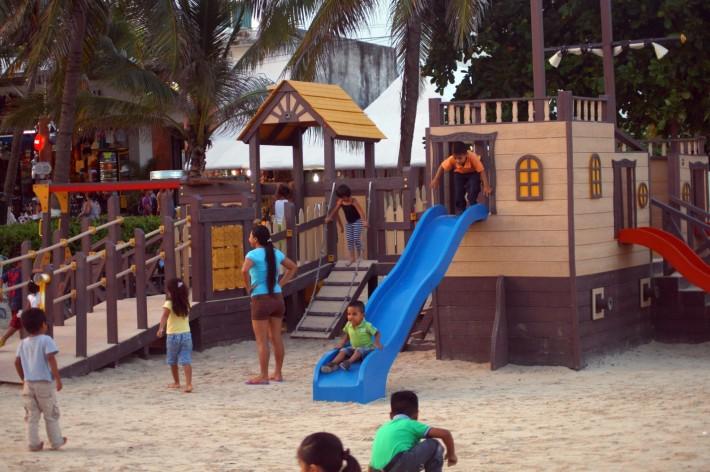 Детская площадка на берегу моря