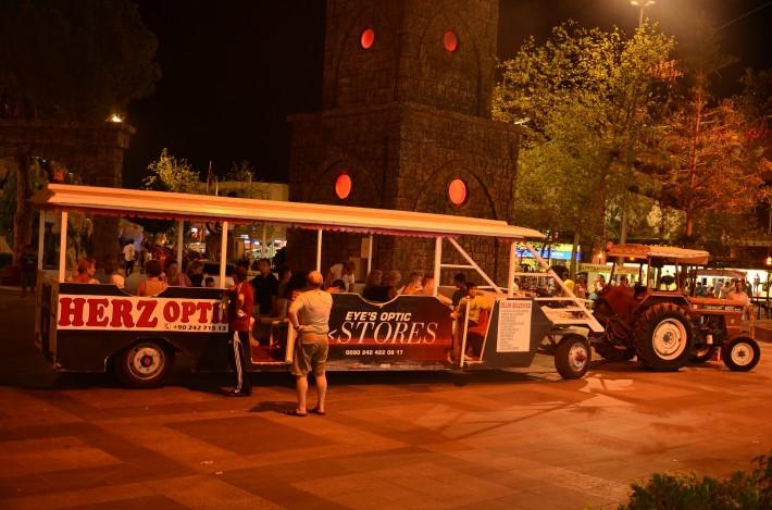Вечерний трактор собирает пассажиров в центре Белека