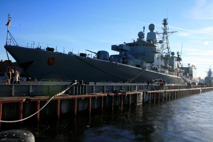 Корабль на набережной лейтенанта Шмидта, Васильевский Остров