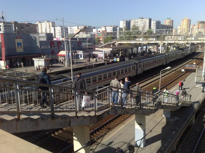 Спуск на платформу станции «Железнодорожная»
