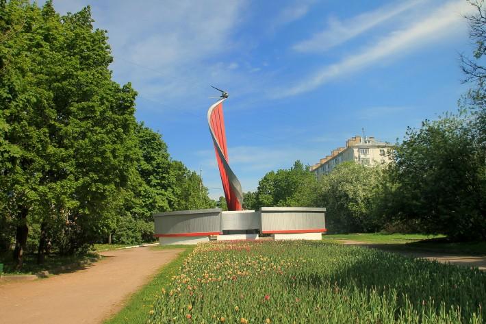 Сиреневый бульвар. Памятник первому спутнику