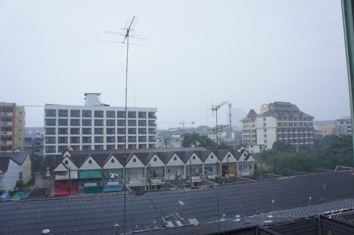 Центр Паттайи, дождь