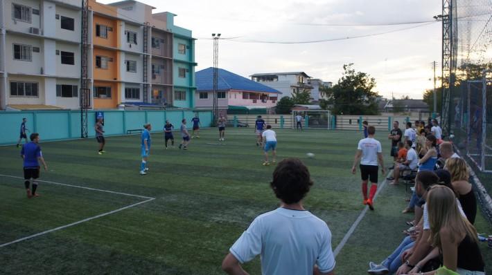 Стадион за Сухумвитом, наши играют в футбол