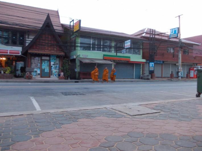Утро, Бич Роад, монахи
