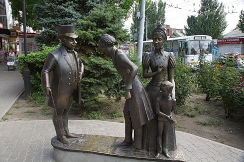 Толстый и Тонкий - скульптура у лавки Чеховых