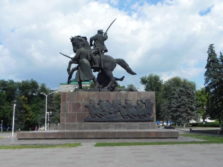 Площадь Советов, Монумент Первоконникам