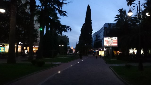 На пешеходной улице в центре уютным вечером. Впереди - шпиль Морвокзала