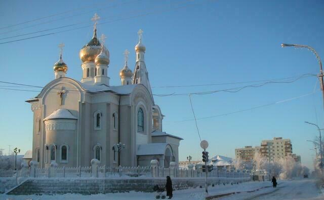 Церковь Святой Троицы зимой (г. Мирный)