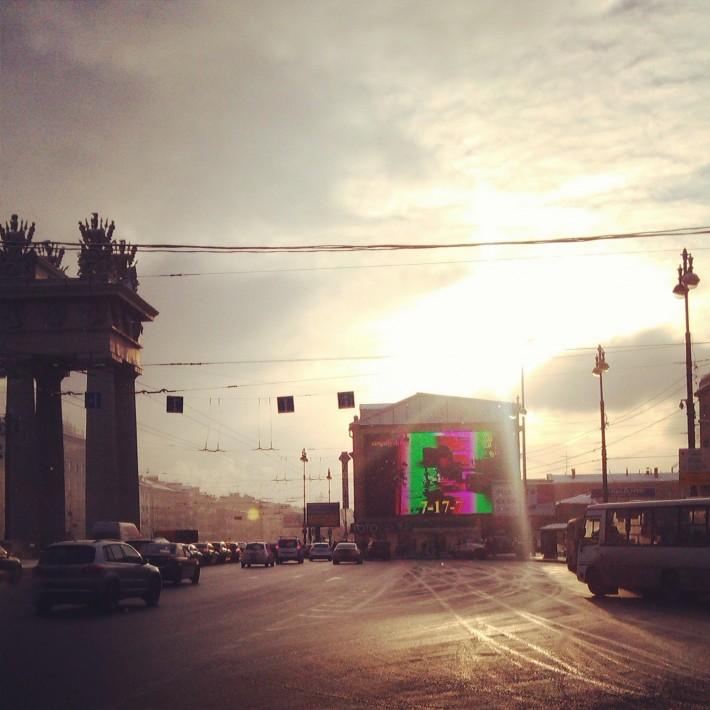 Солнце изредка выглядывает из-за облаков, и каждый раз – повод для радости, даже город неуловимо меняется в солнечных лучах