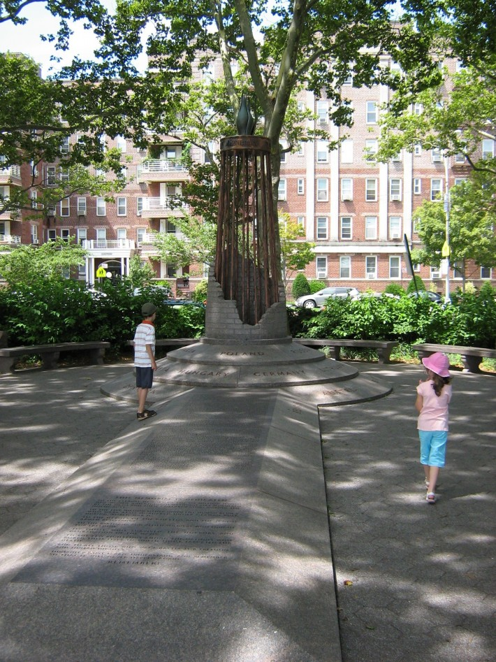 Манхеттен-Бич парк, памятник жертвам Холокоста