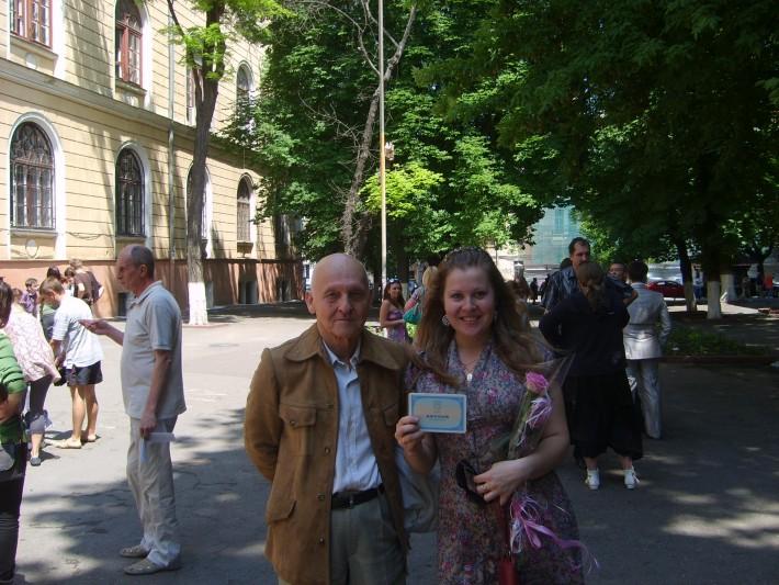 Вот и я рядом с отцом - счастливая с дипломом в руках возле главного корпуса универститета