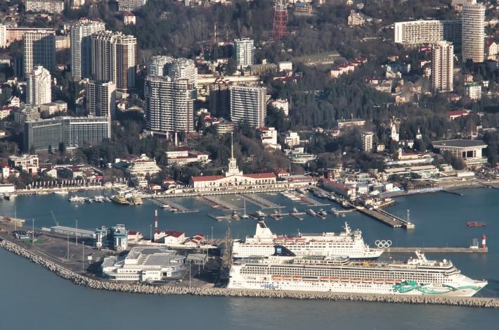 Старое здание вокзала и новый порт олимпийского