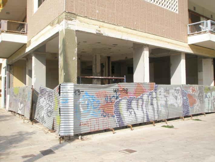 Заброшенный магазин в Афинах