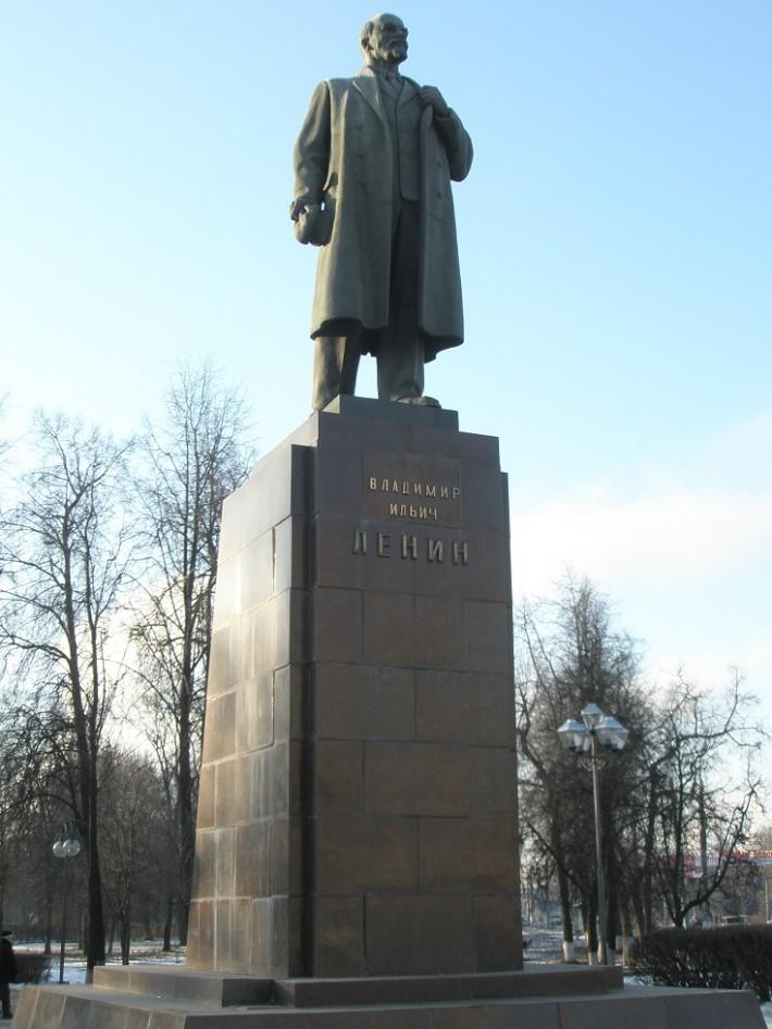 Памятник Ленину в центре города