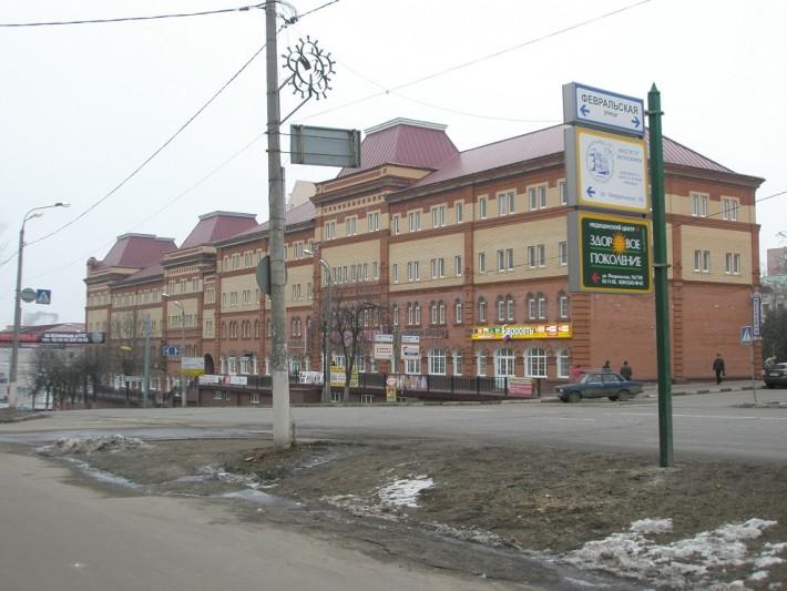 Торговые ряды в новых домах в центре города