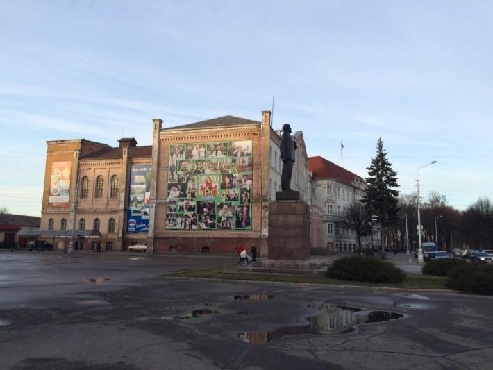 Площадь Победы - здание ДК, администрация города, памятник В.И. Ленину. С этого места начинается пешеходная улица