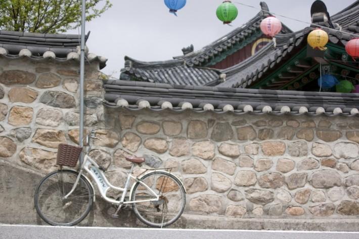 Велосипед возле буддистского монастыря