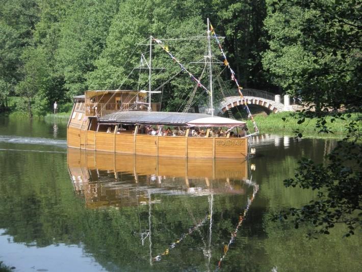 В лодке по реке