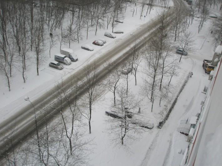 Вид из окна квартиры на зимнюю улицу