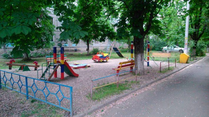 Типичная детская площадка во дворе