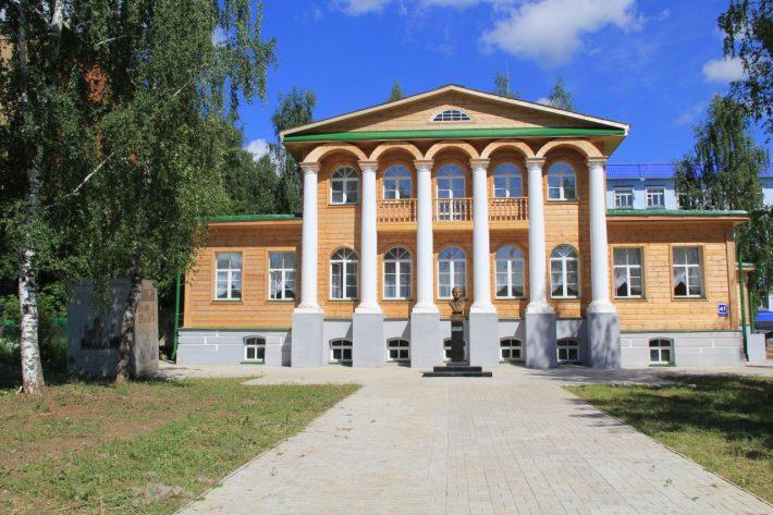 В городе сохранилось много старинных особняков. Здесь, например, жил ссыльный архитектор А. Витберг