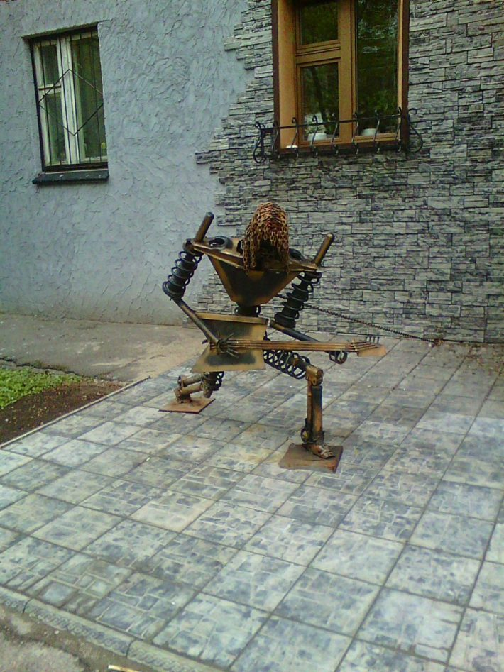 Памятник неизвестному гитаристу на улице Лыткина