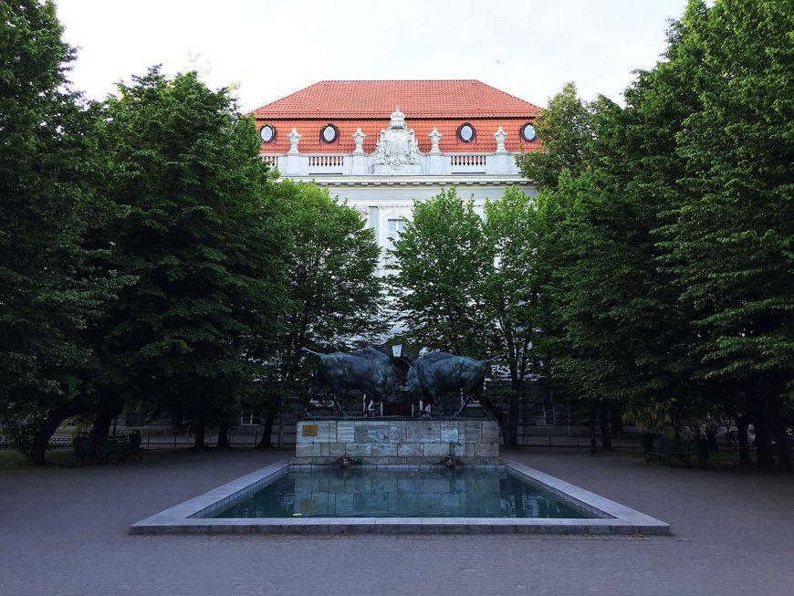 Центр города и то, что публикуют не так часто— скульптура«Борющиеся зубры» на фоне здания университета