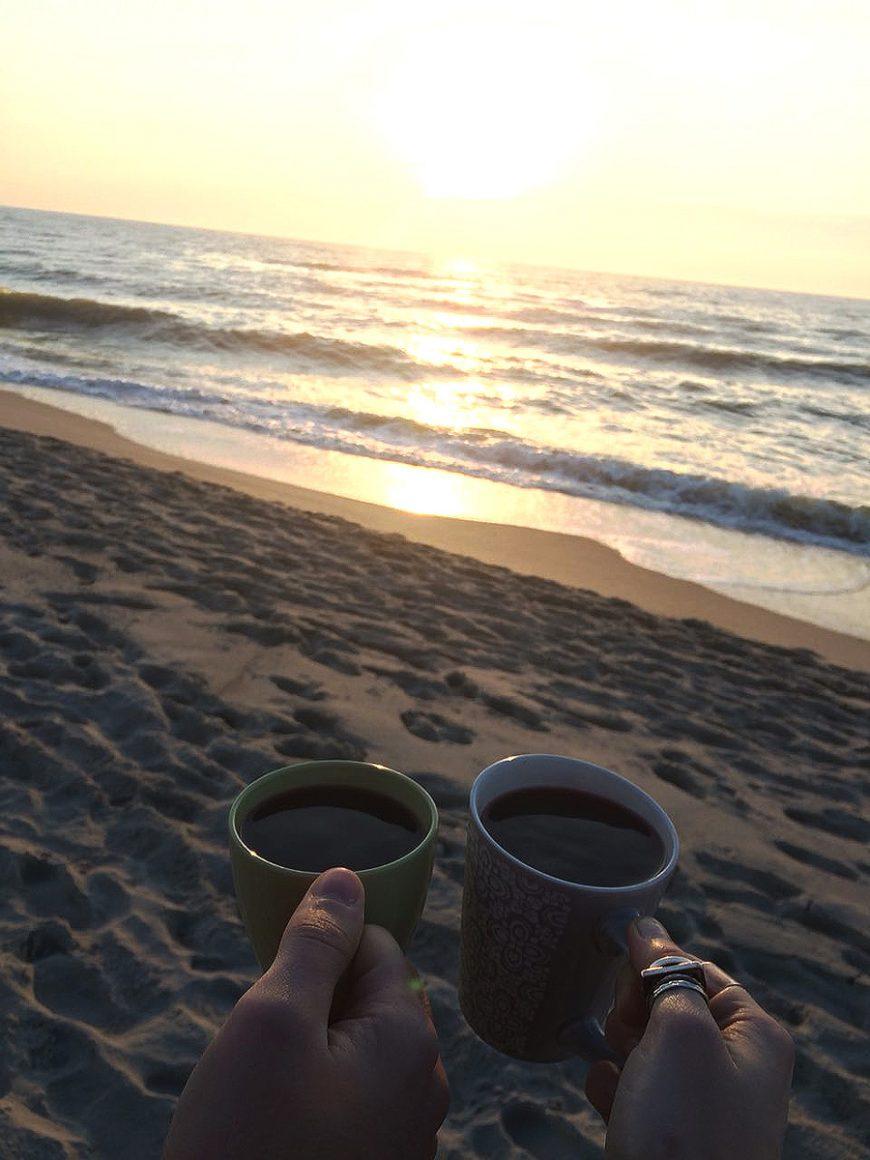 Осеннее море и чашки с глинтвейном