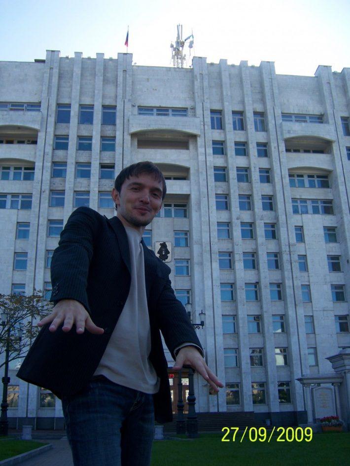 На фоне здания правительства Хабаровского края