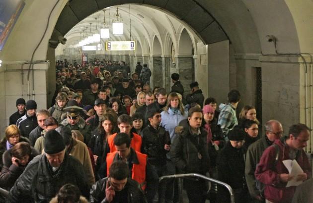 Обычное месиво из людей в метро
