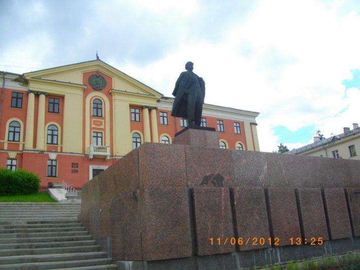 Памятник Ленину у здания администрации