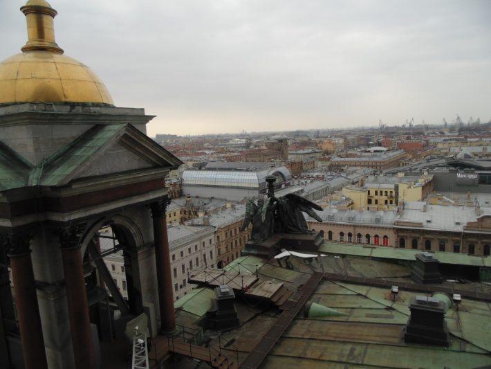 Вид на Питерские крыши с колоннады Исаакиевского собора. Март