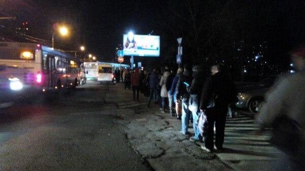 Ждать автобуса приходится порой очень долго, особенно зимой
