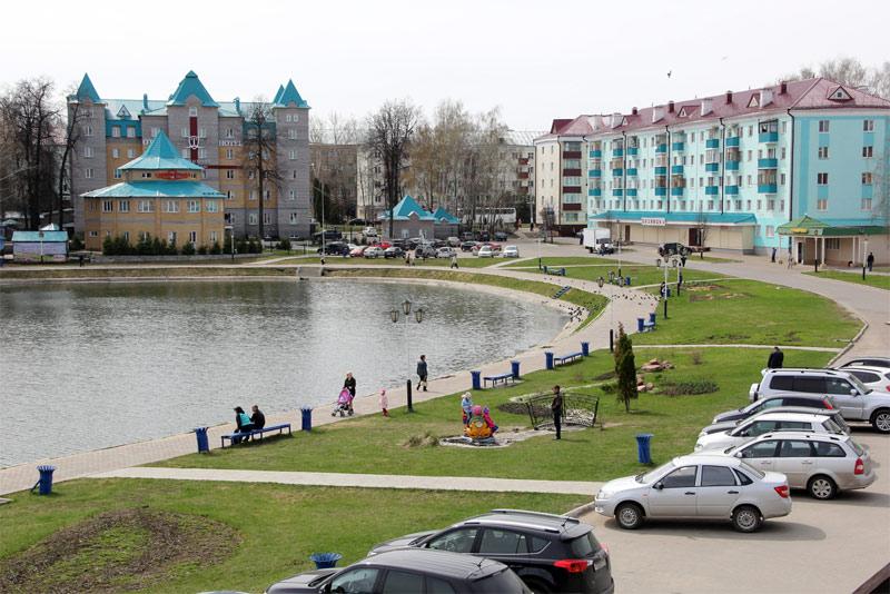 Озеро и рядом парк